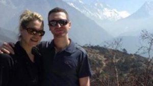 Dr Marisa Strydom en haar man Rob, 'n maand gelede in Nepal afgeneem net voor hul met hul aanslag op Berg Everest begin het. Foto: Facebook