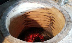 Brood word nog op die ou tradisionele manier in Georgië gebak en jy kom oral in die land só 'n broodoond teë.