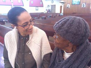 Die 98-jarige vrou is Madiyado Mokgatta van Meadowlands 98-jarige vrou was daar en het vertel wat Trevor Huddelston in haar lewe beteken het. Ek staan voor die mosaiek werk wat op die plek van Suster Margaret se kunswerk is. Haar kunswerk is na die gedwonge verskuiwings met lae en lae verf gewit.