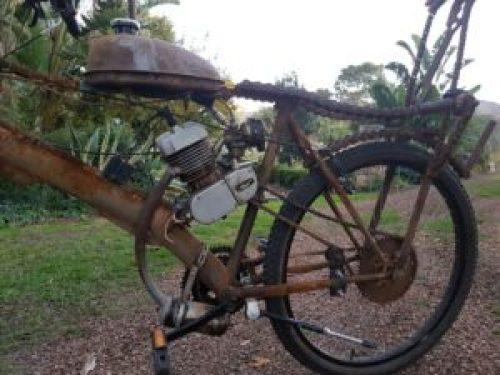 30 km per liter uit die enjin van Fred Viljoen se Afrikaburn selfgeboude motorfietsie of sal ons liewer praat van 'n gemotoriseerde fiets.