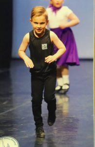 Endre tydens die finale kompetisie vir jong klopdansers