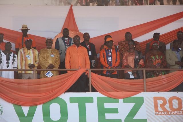 L'hymne du parti a été entonnée en choeur au début du meeting