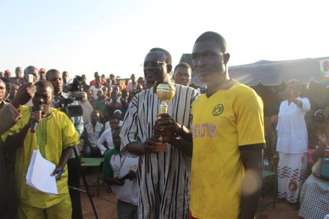 Le capitaine des vainqueurs recevant le trophée des mains du président Me SANKARA