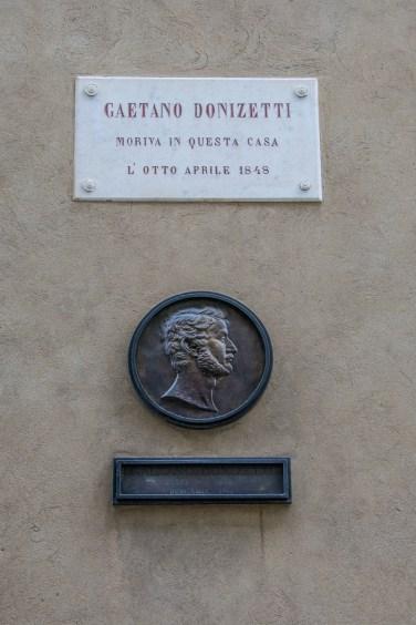 Targa commemorativa su Palazzo Scotti. Via Donizzetti