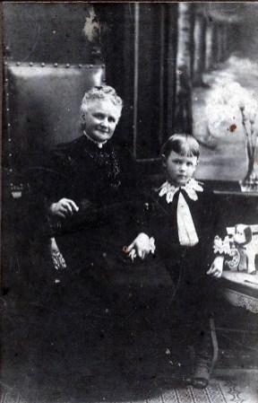 1887, approx tante Agnes Bensdorp (1844-1928) avec Piet van Erkel (1882-1962)