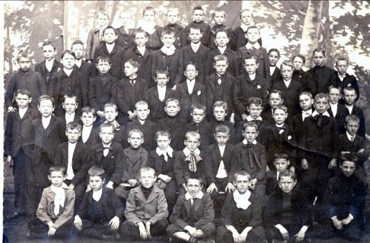 1900, approx classe de Jean der Kinderen, 2e rangée du haut, avant dernier à droite