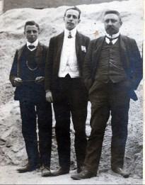 1906, François der Kinderen avec comptable et chef de bureau de son employeur