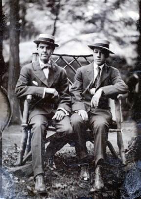 1910, approx ... Horace Thivierge à droite