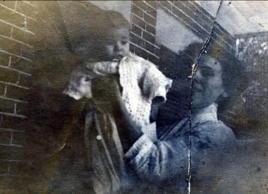 1913, Albert Thivierge avec sa mère Helena Rochford