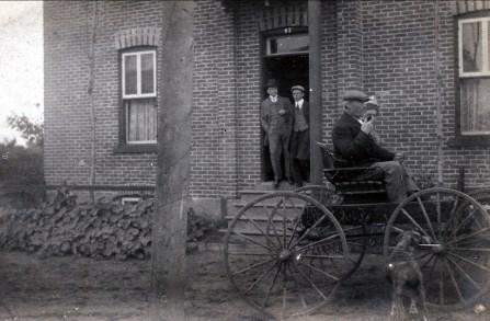 1914, approx 17 rue Tamarac, Shawinigan, Opa Arnold et Moe en voiture - FDK et Onkel à la porte
