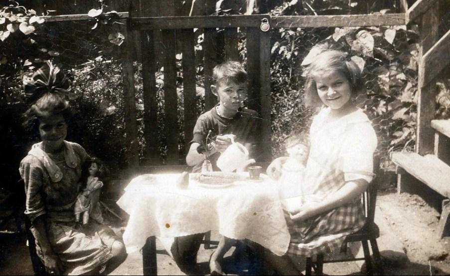 1917 approx Laurette et Albert Thivierge et amie
