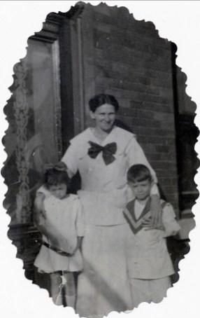 1917, approx Laurette et Albert Thivierge avec leur mère Helena Rochford