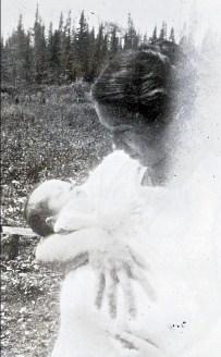 1917, juillet - Jeanne de Kinder avec sa mère Germaine à Iroquois Falls