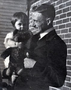 1918, Jeanne, son Teddy Bear et son père
