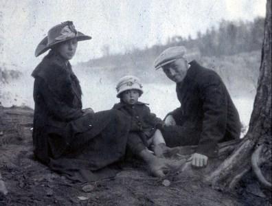 1919, Germaine, Jeanne et François de Kinder aux chutes de la petite rivière Shawinigan