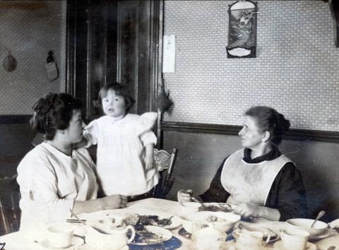 1919, Germaine, Jeanne et Moe peu avant la naissance d_Henriette de Kinder
