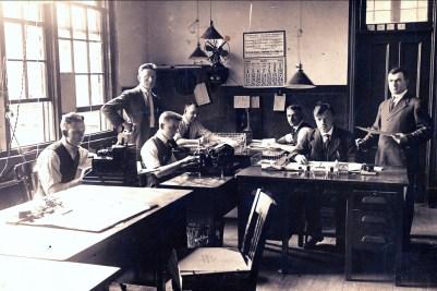 1919, Jean der Kinderen (Onkel) au bureau 2e de la gauche