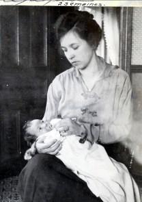 1919, avril Henriette de Kinder 2 semaines, avec sa mère Germaine