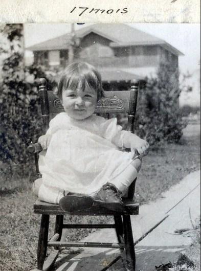 1920, 8 août Henriette de Kinder devant la maison à Shawinigan