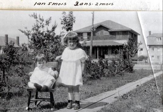 1920, 8 août Henriette et Jeanne - jardin av. Champlain