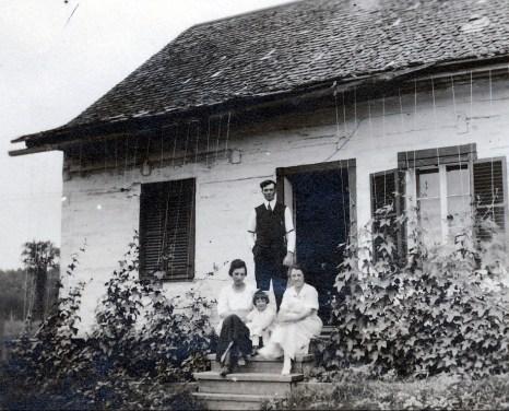 1920, Germaine et Jeanne de Kinder avec oncle Henri Joly et tante Bernadette à leur maison à St-Canut