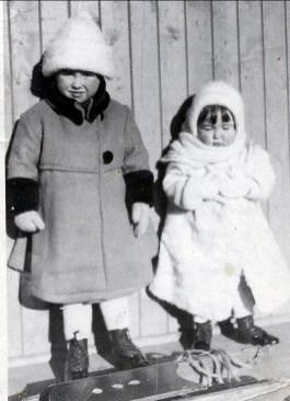 1920, Jeanne et Henriette de Kinder
