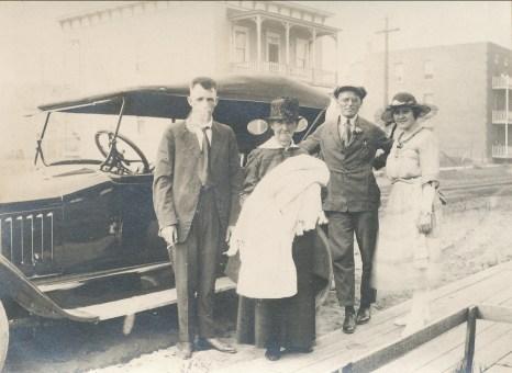 1921, 10 juillet Oncle Hermas et sa Chalmers, Marie-Jeanne (mémère) Fournier avec Gaby, Onkel avec Coba Krapels