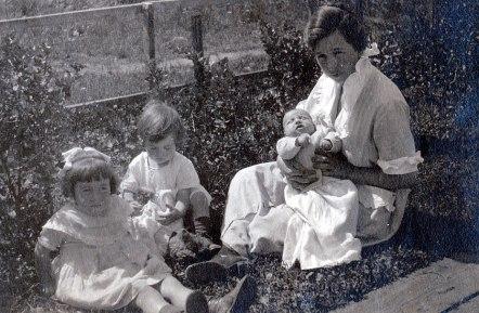1921, Jeanne, Henriette, Gaby avec leur mère Germaine de Kinder