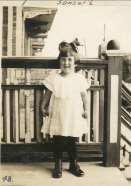 1922, Henriette sur le balcon
