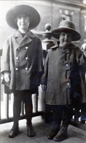 1922 approx Jeanne et Henriette
