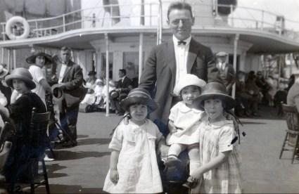1923, 5 août, bateau de l_île Ste-Hélène - Onkel - Henriette, Gaby et Jeanne