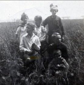 1923, Laurette et Albert Thivierge à gauche, Antoinette et Laurette Bergeron, ...