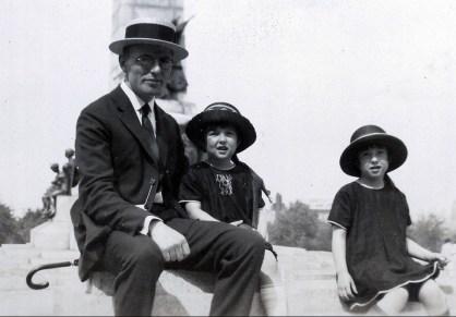 1923, Jean der Kinderen (onkel) avec Henriette et Jeanne