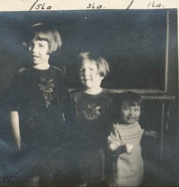 1923, les trois soeurs (Jeanne, Henriette et Gaby) avec robes faites par Moe