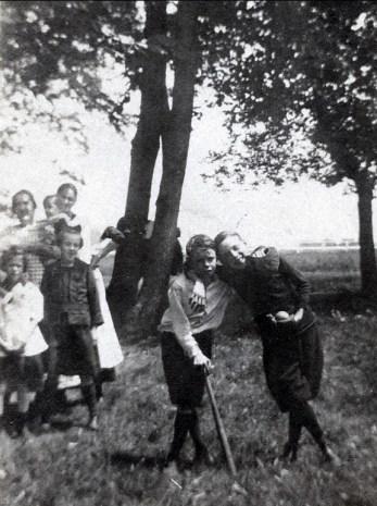 1924, Albert au batte, Laurette et Antoinette à gauche