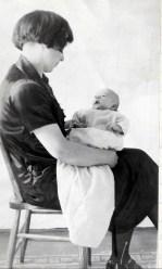 1925, Robert de Kinder avec sa mère Germaine