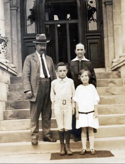 1925, oncle Anthime et Marie-Jeanne Fournier avec Charles et Rita à Oakville