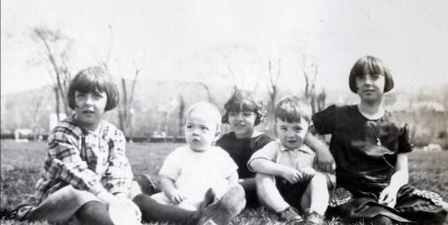 1926, 16 mai Henriette, Robert, Gaby, Louis et Jeanne de Kinder au parc Outremont