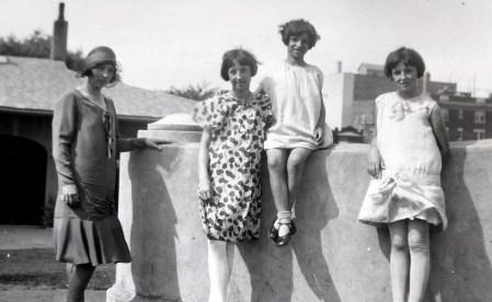 1930, Germaine, Jeanne, Gaby et Henriette de Kinder à Outremont