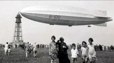 1930, Jeanne, Moe, Louis, Gaby et Henriette de Kinder - dirigeable anglais arrivé de Cardington après 3 jours de voyage