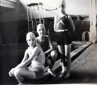 1931, Jeanne, Henriette et Gaby de Kinder au bain Turcot rue St-Dominique