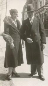1932, mai, Germaine et François, manteau fabriqué par Germaine