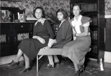 1933, les trois soeurs - Henriette, Gaby et Jeanne de Kinder