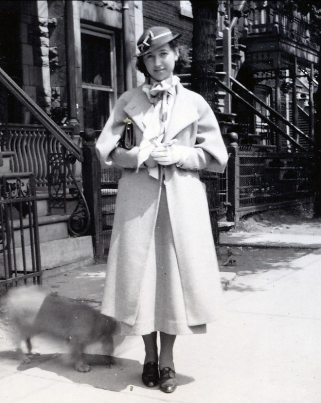 1934, Jeanne de Kinder finissante du secondaire - face au 5622 St-Urbain (auparavant 2386)