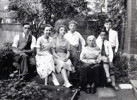 1935, Charles et Rita Fournier, Gaby, Robert, Moe, Maurice et Louis de Kinder- cour rue Waverly
