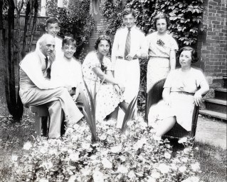 1937, François, Maurice, Robert, Gaby, Louis, Henriette et Germaine de Kinder - cour rue Waverly