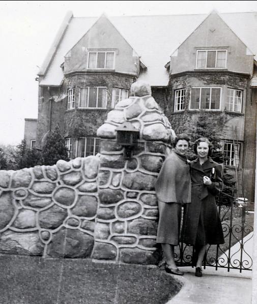 1938, Henriette de Kinder et Rita Fournier à Oakville