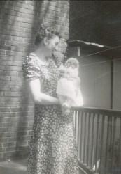 1941, Henriette avec Paulette bébé