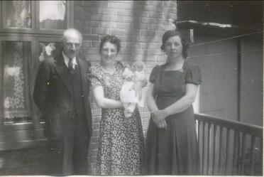 1941, Henriette avec Paulette et parents