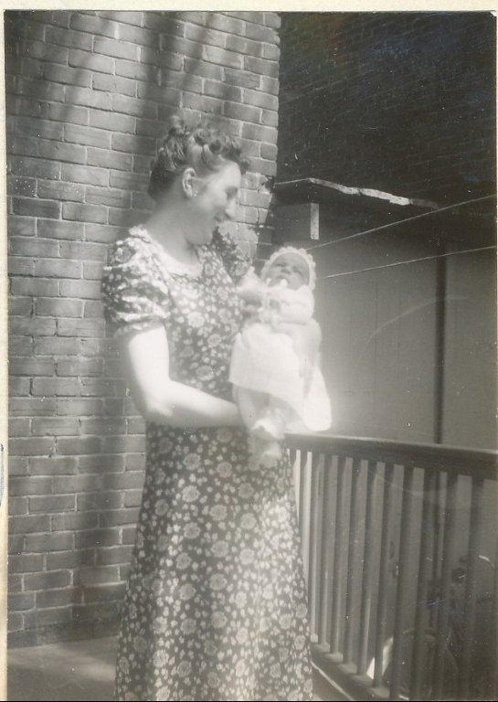 1944, Henriette avec Irène (3)